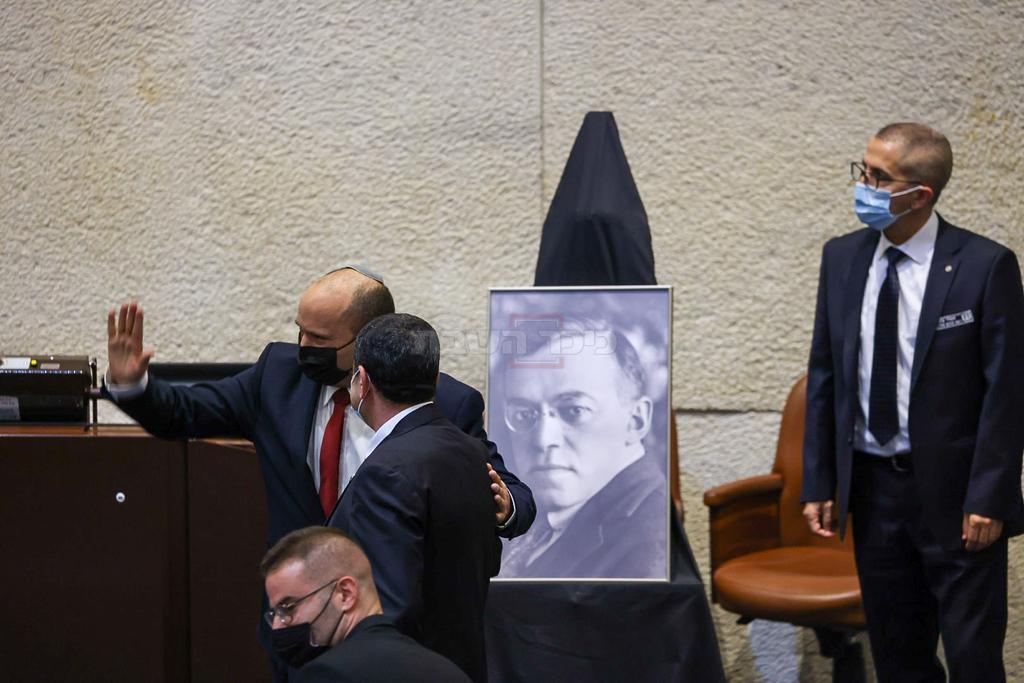 רה''מ נפתלי בנט בסיום נאומו לזכר מנהיג אצ''ל (צילום: נועם מושקוביץ, דוברות הכנסת)
