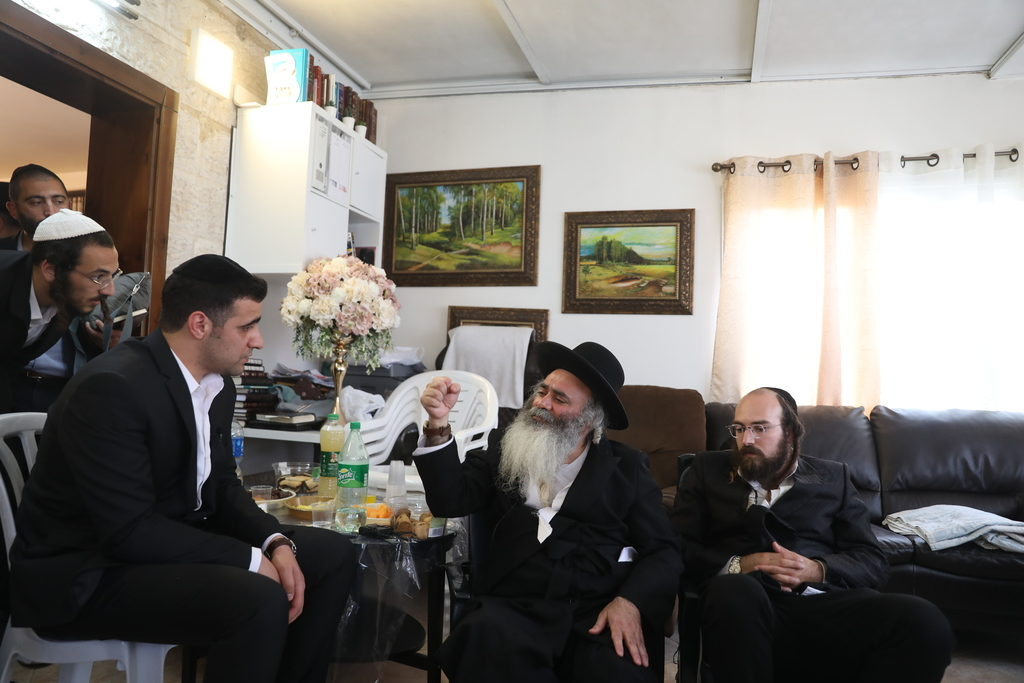 הרב אלחדד בריאיון לישי כהן (צילום: חיים גולדברג)