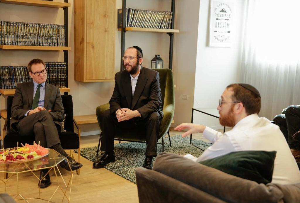 איציק קרומבי עם מוטי אייכלר ושגריר בריטניה בישראל ( אפי גרינוולד)
