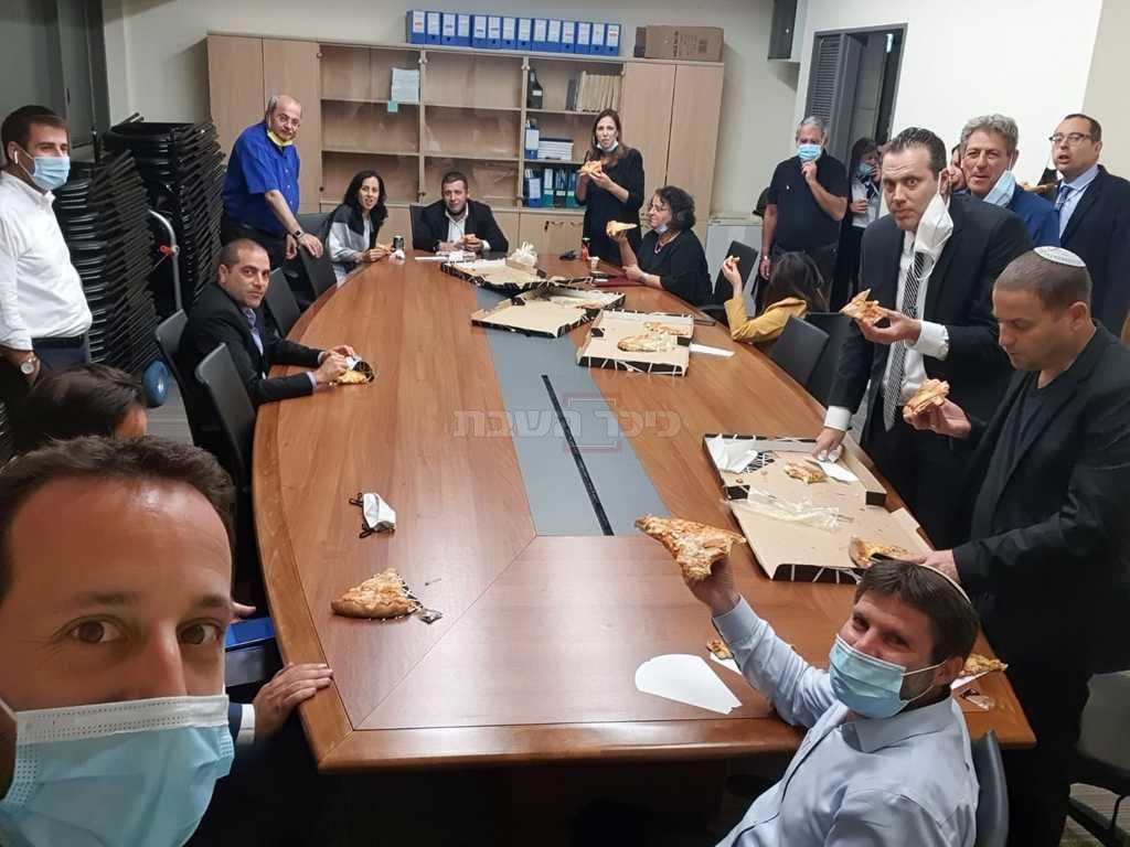 ההסתערות על הפיצה (צילום: מתוך הטוויטר של ח''כ רם שפע)