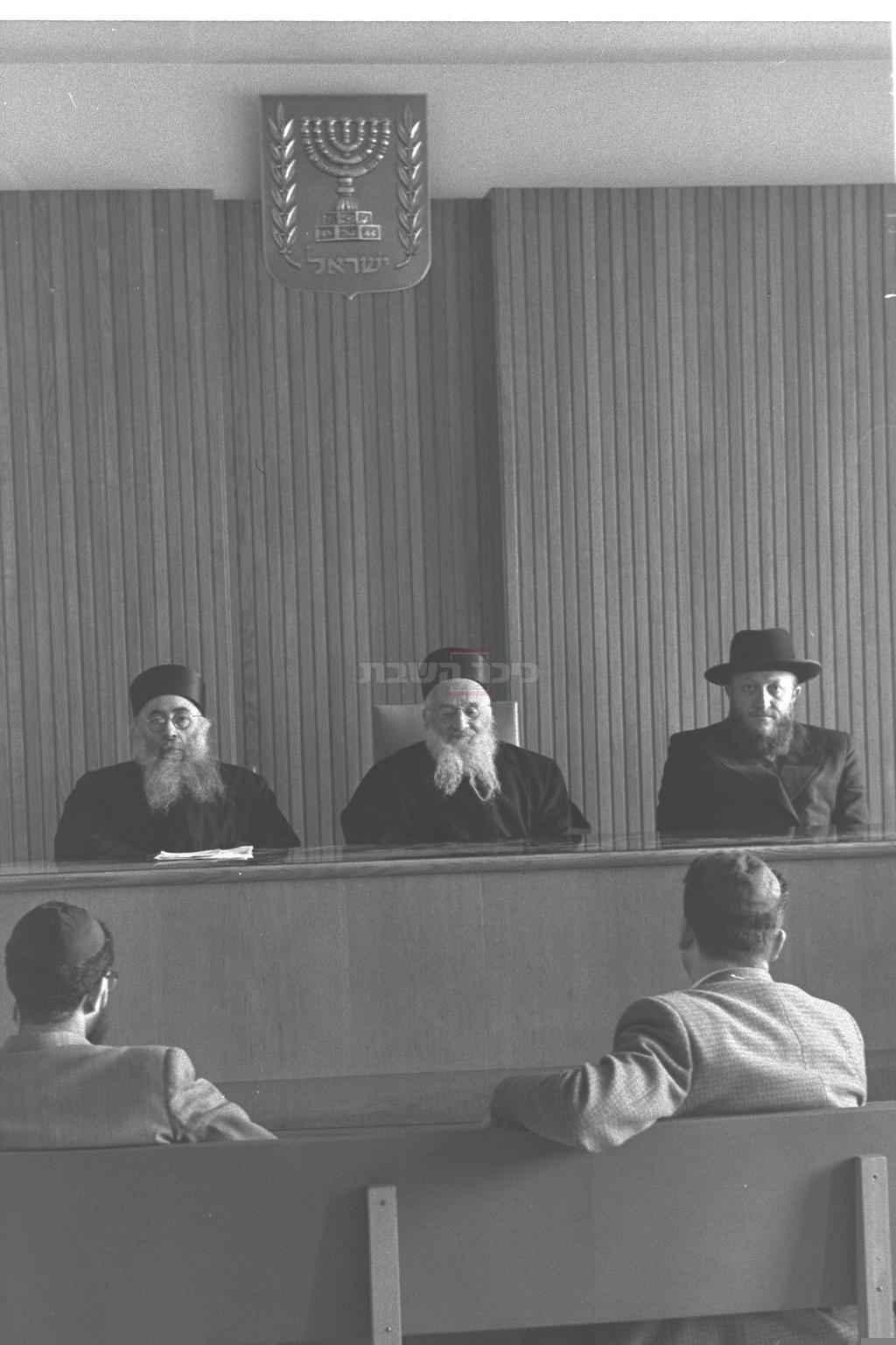 באמצע: רבי עובדיה הדאיה, אב''ד בית הדין הגדול לערעורים של הרבנות הראשית, 1959(צילום: PRIDAN MOSHE, לע''מ)