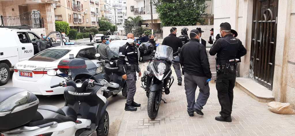 השוטרים בבוהוש (צילומים: אדיר מעטו)