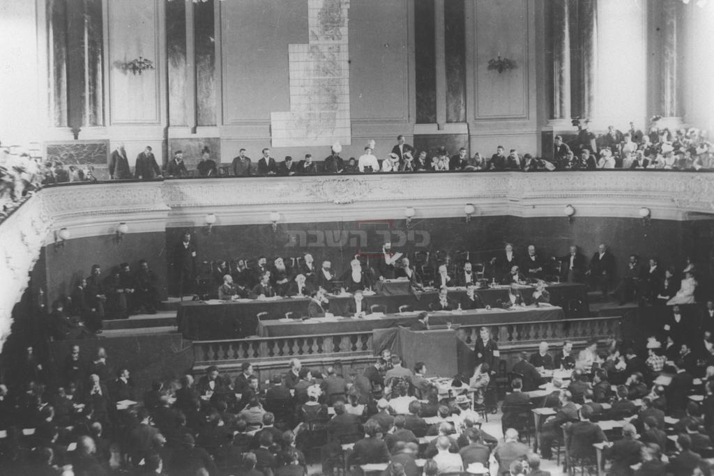 תאודור הרצל נואם בקונגרס הציוני הראשון או השני בבזל - שנת 1897-1898 (צילום: לע''מ)