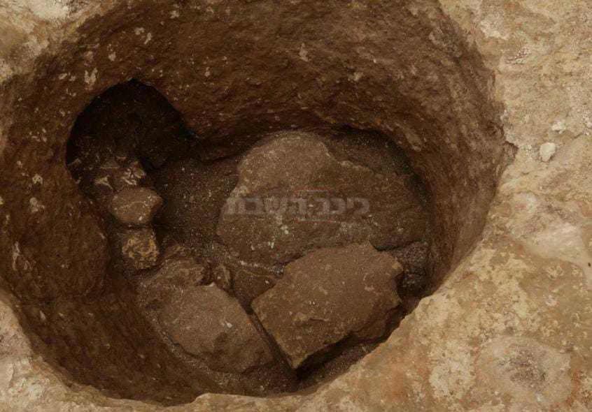 מערת קבורה במקום ( צילום: בצדק)