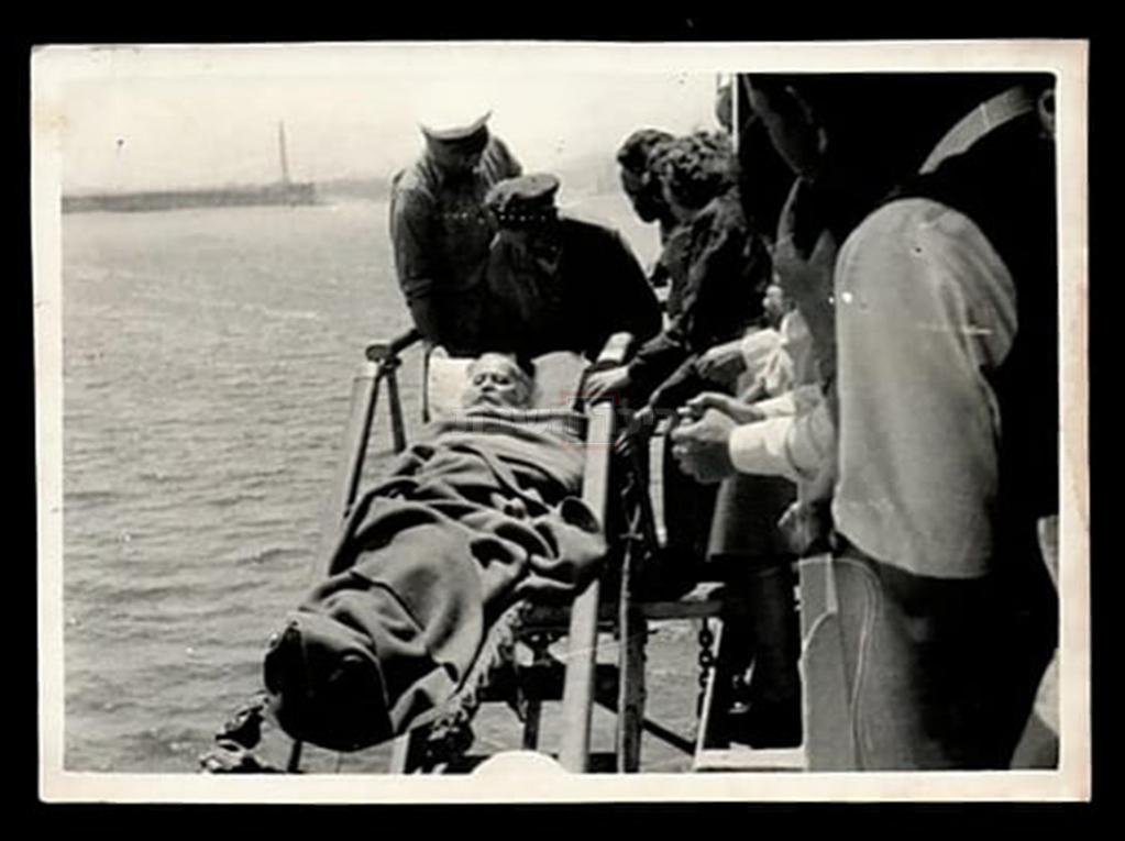 התמונה האחרונה של ר' משה בלוי מורד מהאונייה, שנחשפה כעת (באדיבות ר' דודי זילברשלג, בית המכירות בידספיריט)