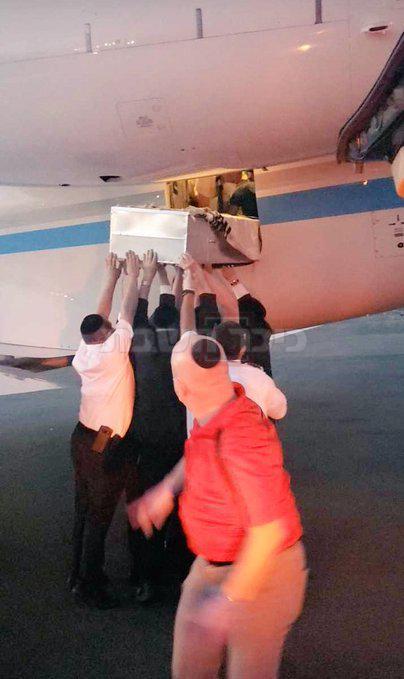 העלאת ארונו למטוס, בדרכו לישראל (בהתאם לסעיף 27א)