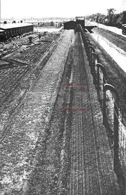 גדר המחנה במהלך המלחמה (ויקימדיה)
