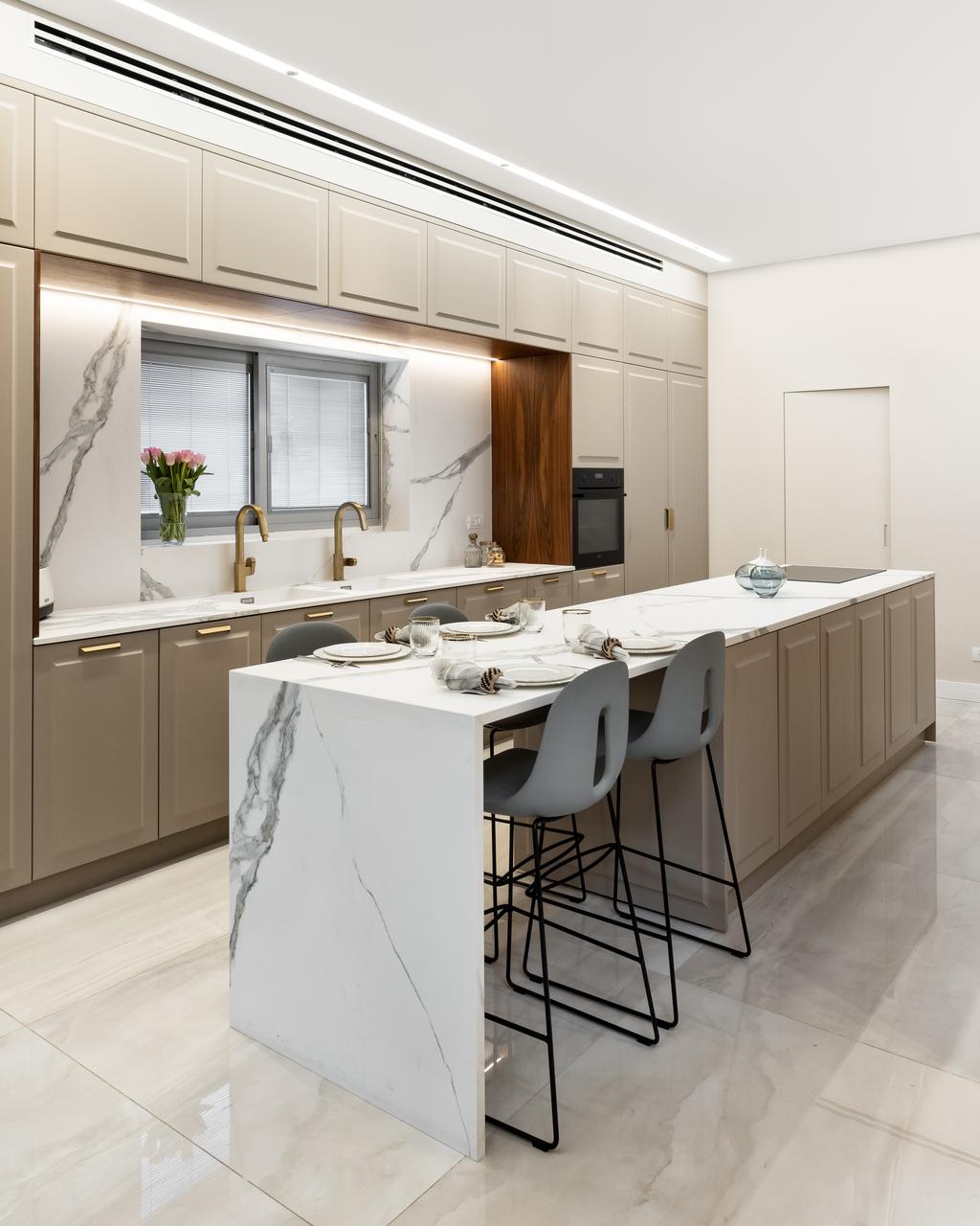פס תאורה שקוע גבס הזורק אור אחיד ורגוע לפינת העבודה במטבח   עיצוב: אביטל ובלהה (א. אבוחצירא)