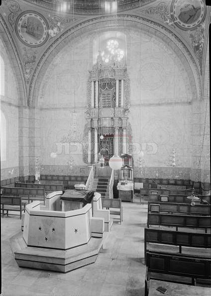 פנים בית הכנסת החורבה בין השנים 1934–1939 (אוסף ספריית הקונגרס, ויקיפדיה)