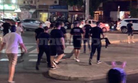 החשודים, עם חולצות 'הדגלים השחורים' (צילום: איתמר קציר, הארץ)