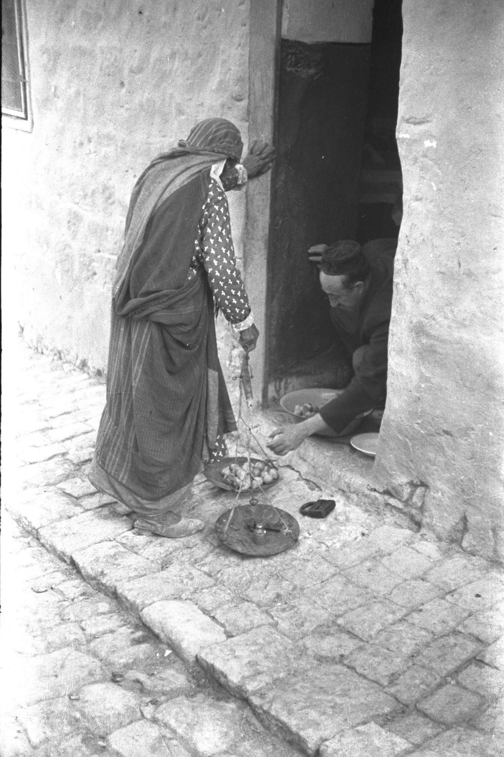 אשה ערביה מוכרת שום בצפת (צילום: הנס פין HANS PIN, לע''מ)