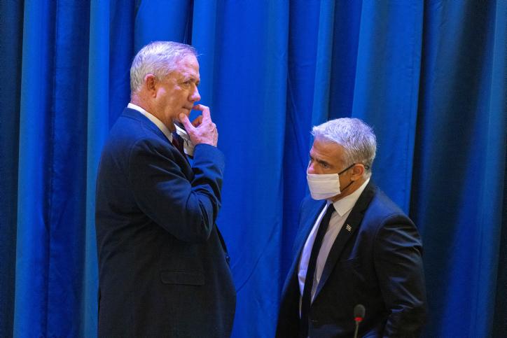 שר הביטחון גנץ ושר החוץ לפיד. ימנע ממנו את ראשות הממשלה? (צילום: אוליבייה פיטוסי, פלאש 90)