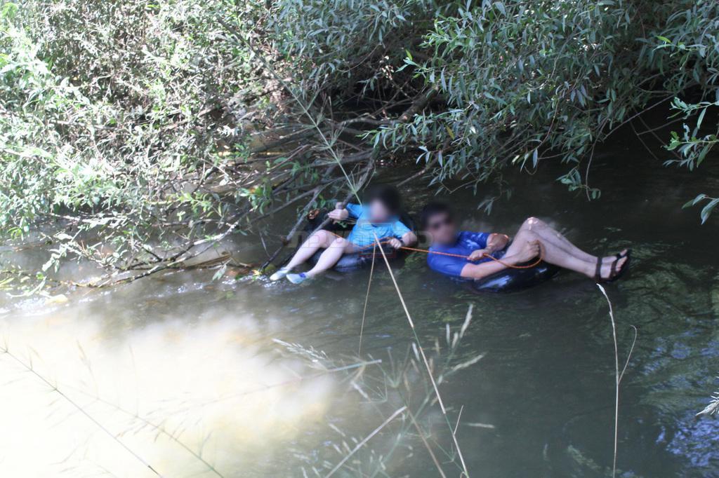 אב ובנו קשורים בחבל במהלך המסלול הרטוב (צילום: ישראל שפירא)