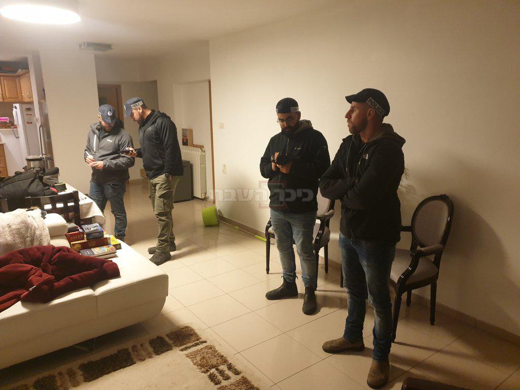 השוטרים בביתו של גליק  (צילום: מתוך חשבון הטוויטר של יהודה גליק)