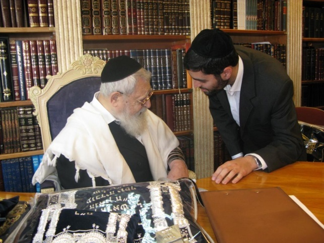 הרב אוהד יוסף עם מרן הגר''ע יוסף זצ''ל (ללא קרדיט)