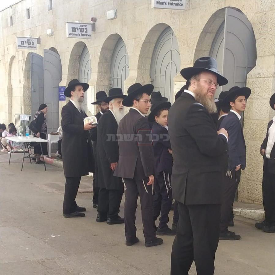 הגר''א כהן - משמאל, בכניסה לקבר רחל (צילום: מוסדות רחל אמנו)