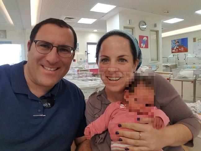 האם ציפי רימל ע''ה עם בתה התינוקת ע''ה ובעלה שייבדל לחיים
