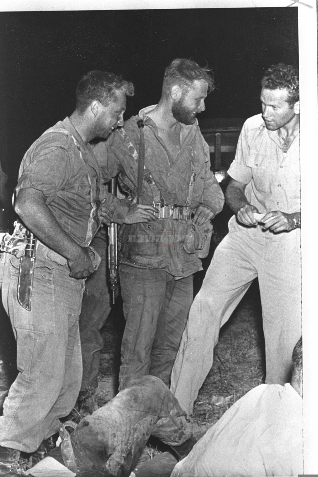 אהרן דוידי (במרכז) עם אריק שרון (משמאל) (צילום: לע''מ)