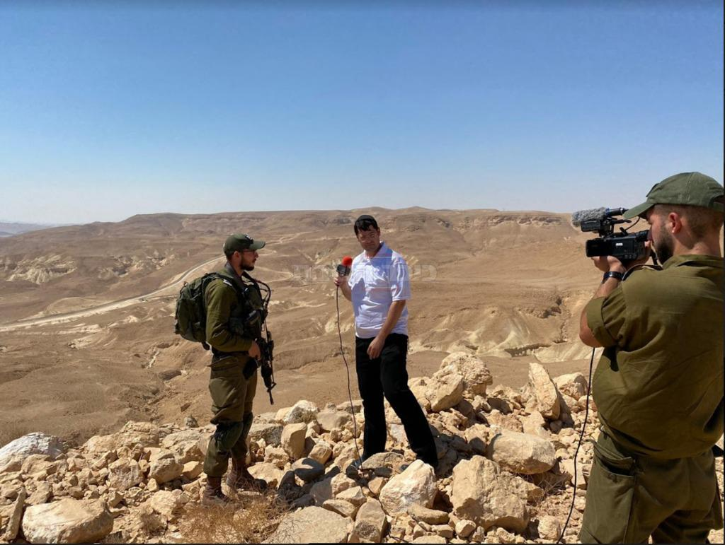 עם מיכאל בורוכוב מפקד פלחו''ד פרדלס. ברקע: גבול מצרים (צילום: דובר צה''ל)