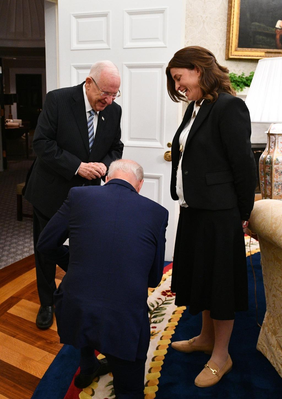 הנשיא ביידן כורע ברך (חיים צח, לע''מ)