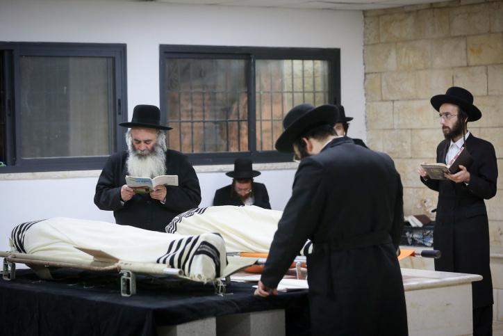 הרב אלחדד לצד מיטת שני בניו ז''ל (צילום: דוד כהן, פלאש 90)