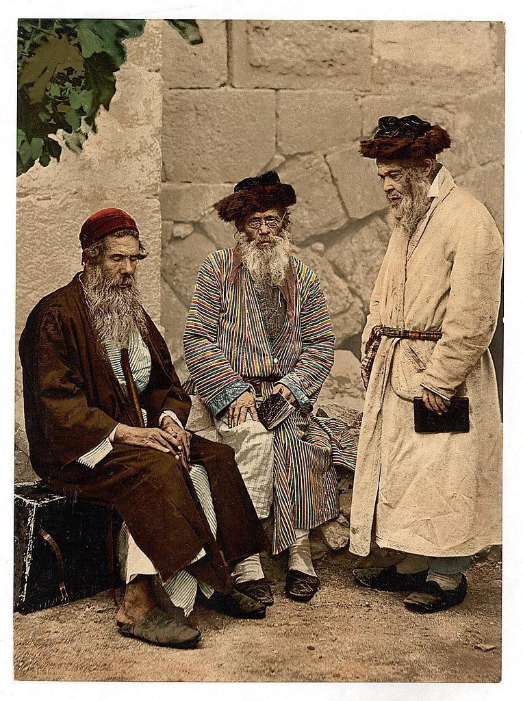 מימין לשמאל: שני אשכנזים בלבוש חסידי ותלמיד חכם ספרדי. צולם בירושלים בשנת תר''ן (1980) (צילום: ספריית הקונגרס האמריקאי)