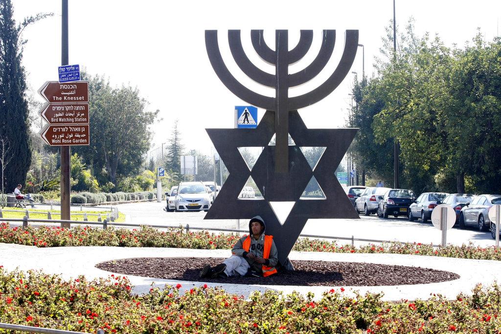 המנורה ומגן דוד (צילום: Abir Sultan/Flash 90)