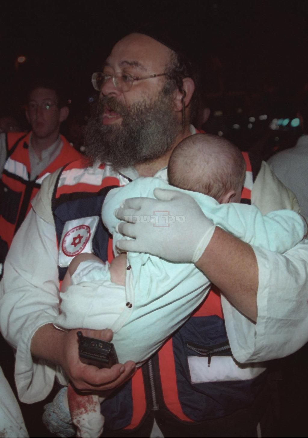 בנצי אוירינג והתינוק, בזירת הפיגוע (צילום: פלאש 90)