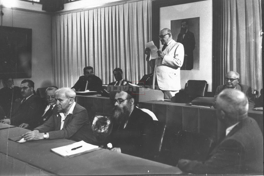 פרופסור חיים וייצמן, הנשיא המיועד של מדינתישראל, נושא דברי ברכה להתכנסות הראשונה של מועצת המדינה, במוזיאון תל אביב, בשדרות רוטשילד. יושב במרכז למטה, דוד בן גוריון. (צילום: לע''מ)