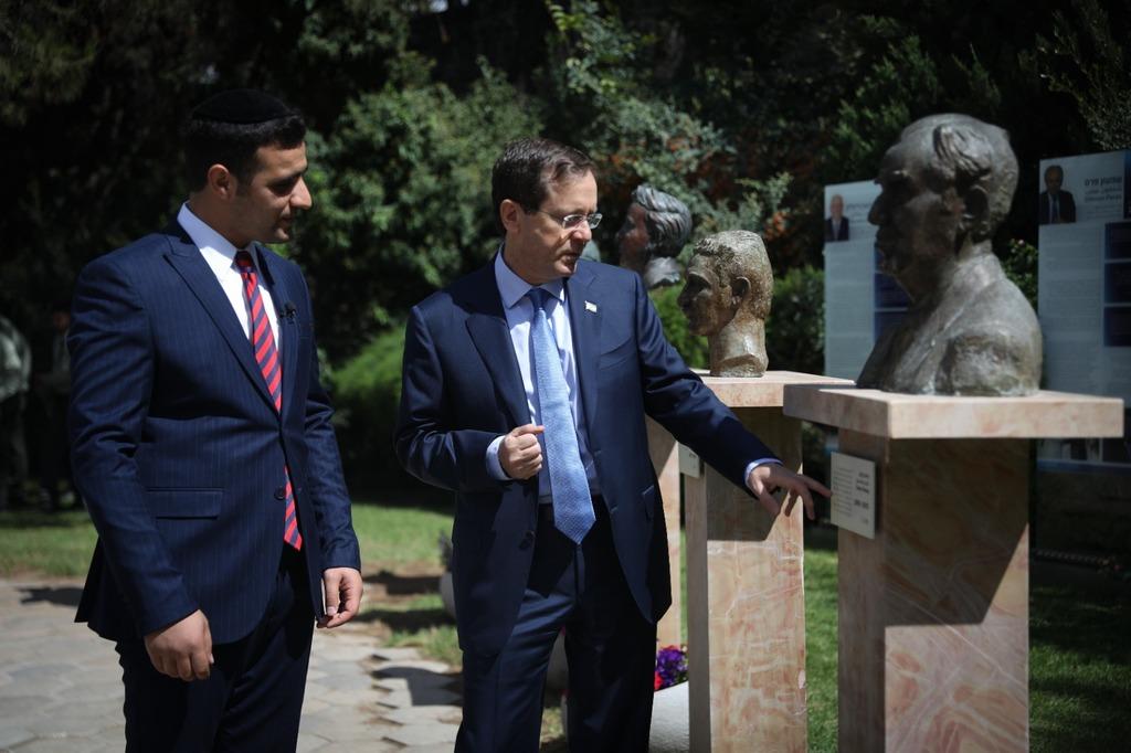 נשיא המדינה ופרשן 'כיכר' בחצר בית הנשיא
