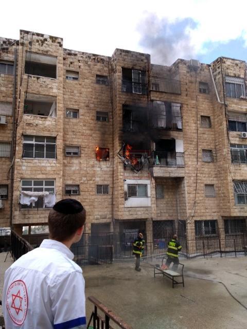 הדירה בוערת (צילום: דוברות כבאות והצלה לישראל-מחוז י-ם)