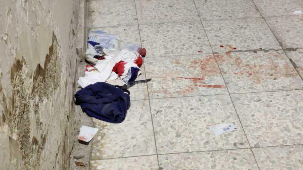 בגדי הילד מוכתמים בדם, בזירת התאונה (צילום: חיים גולדברג, כיכר השבת)