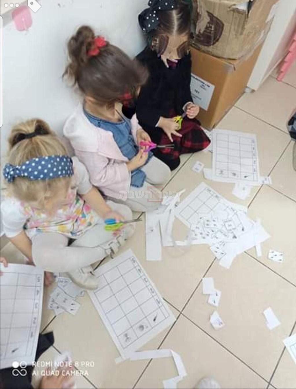 הילדות מציירות על הריצפה
