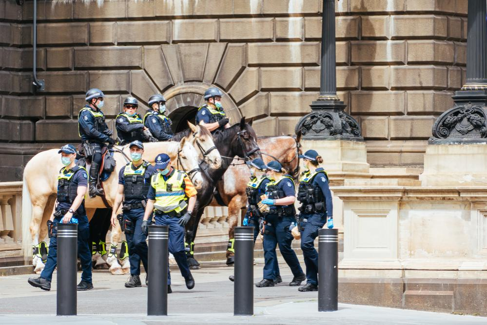כוחות משטרה אוכפים את הסגר ברחובות מלבורן (צילום: Shutterstock)