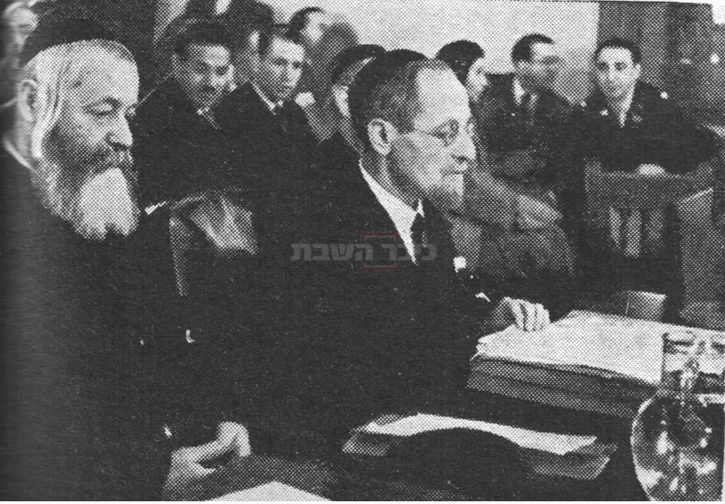 רבי משה בלוי (משמאל), בשנתו האחרונה. הנואם הוא הרב דוקטור יצחק ברויאר, בעת שהעידו בפני ועדת החקירה האנגלו-אמריקאית לענייני ארץ ישראל, בתחילת שנת 1946 (מתוך ויקיפדיה)