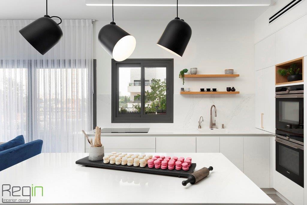 גופי תאורה מעוצבים מעל האי במטבח