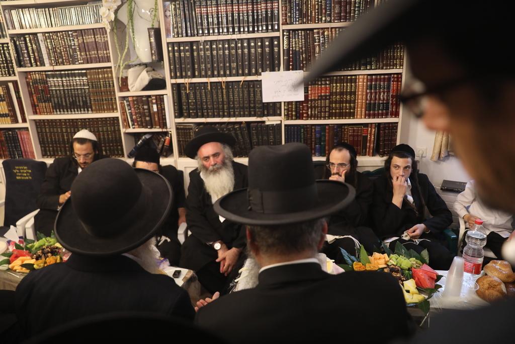 מנחמים את הרב אלחדד, השבוע בביתו (צילום: חיים גולדברג)