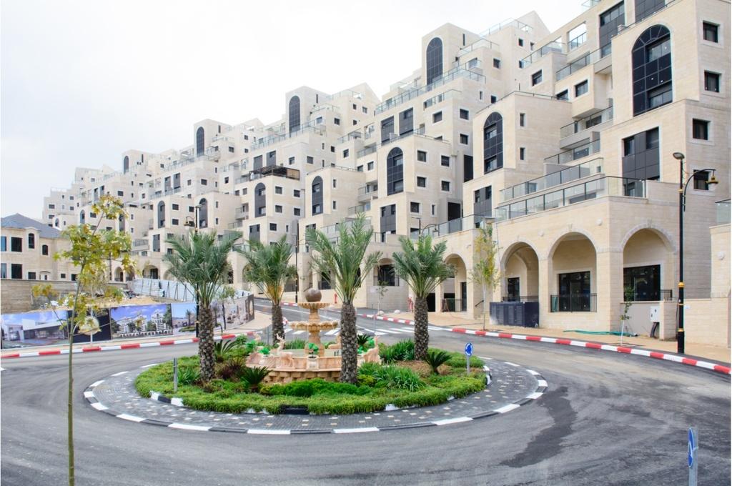 פיתוח סביבתי בכיכרות השכונה צילום:יח''צ