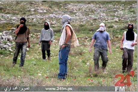 התמונה בה נראה פיקאר עם החולצה הכחולה ורעול פנים (צילום פלסטיני)
