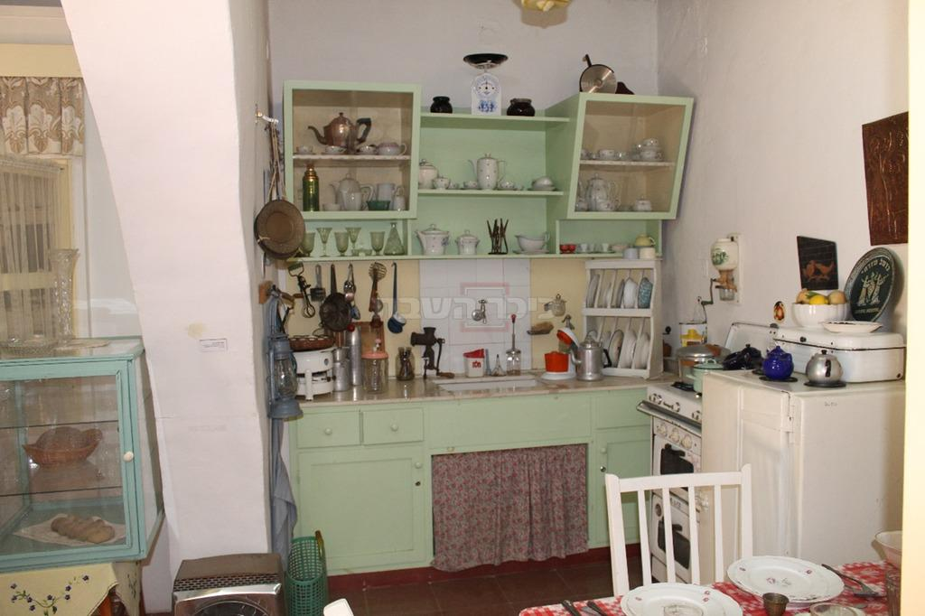 חדר במוזיאון 'החאן' בחדרה מיסודו של הגרמ''מ אפשטיין המתאר היאך היה נראה בית של ראשוני חדרה (צילום: ישראל שפירא)