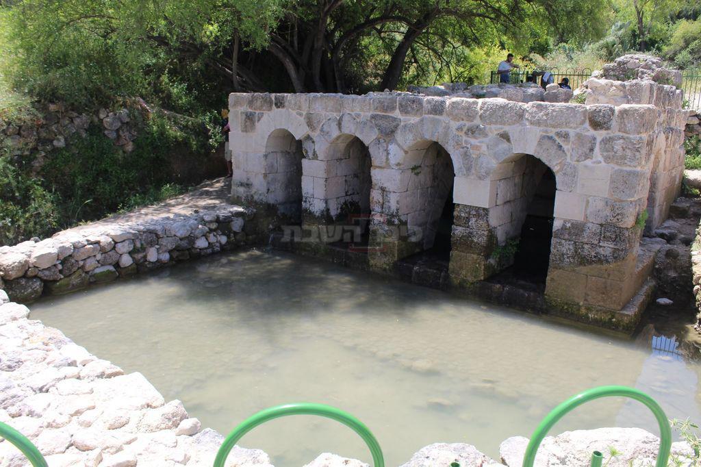 שרידי הצ'ופציק המזכיר 'מינרט' של מסגד בצד ימין בתקרת המבנה (צילום: ישראל שפירא)