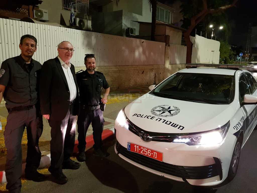 ישראל קצובר עם השוטרים המחלצים