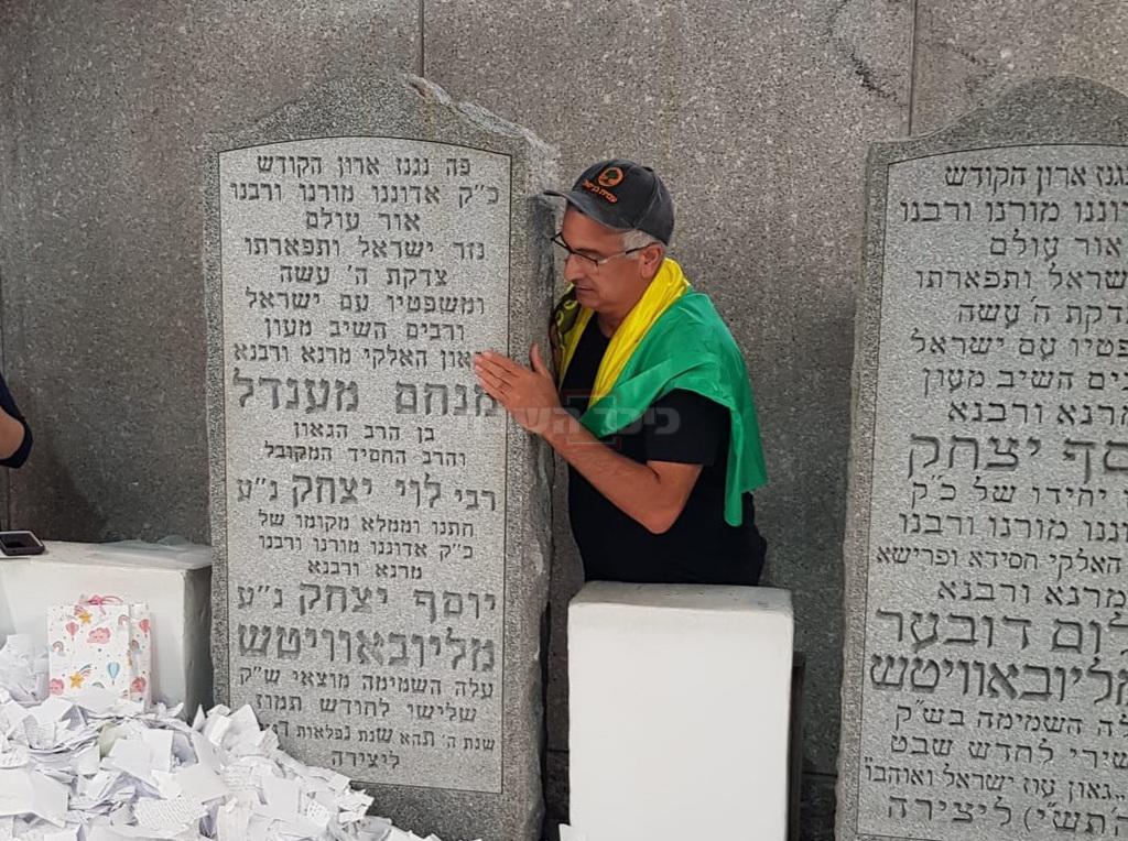 בן יגאל, הלילה, בקברו של הרבי (צילום: באדיבות צעירי חב''ד)