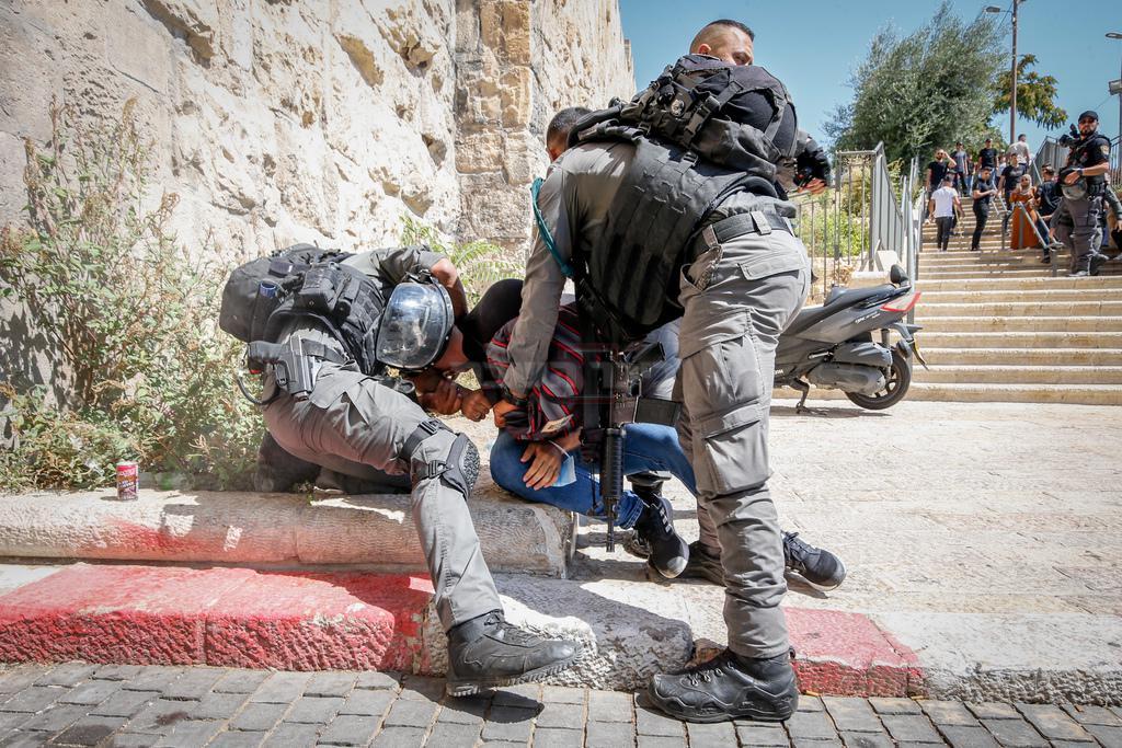 מעצר בסמוך להר הבית, אתמול (צילום: Jamal Awad/Flash90)