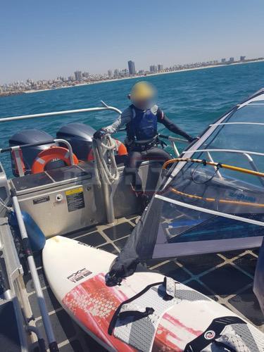 הגלשן בסירת המשטרה (צילום: דוברות המשטרה)