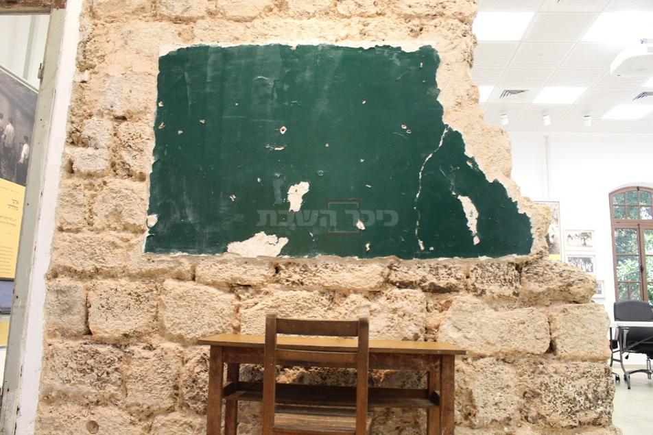 לוח קיר ושולחן תלמיד מבית הספר אחד העם  (צילום: ישראל שפירא)