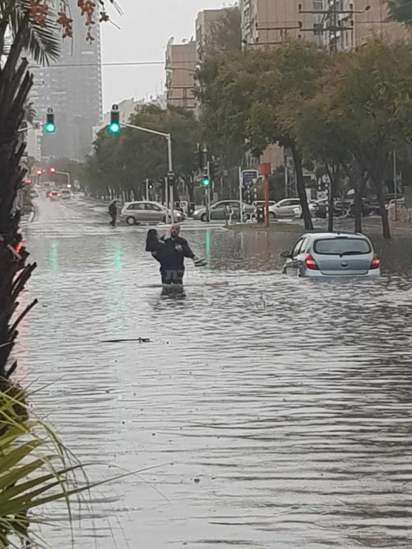 החילוץ באשדוד (צילום: דוברות המשטרה)