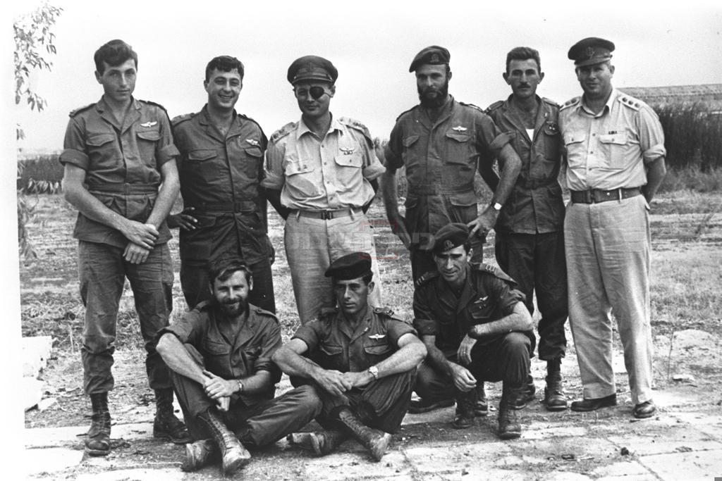 הרמטכ''ל משה דיין עם לוחמי גדוד 890 של הצנחנים; יושב משמאל: אהרון דוידי (צילום: לע''מ)
