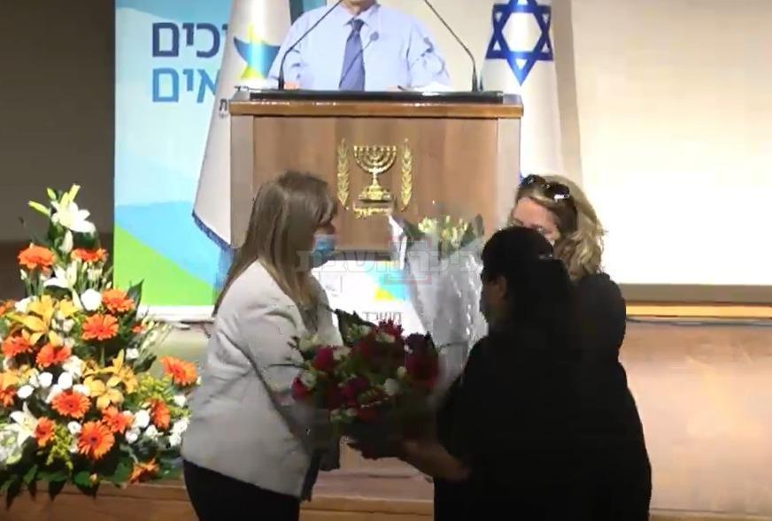 אשתו ואמו של בר סימן טוב מקבלות פרחים