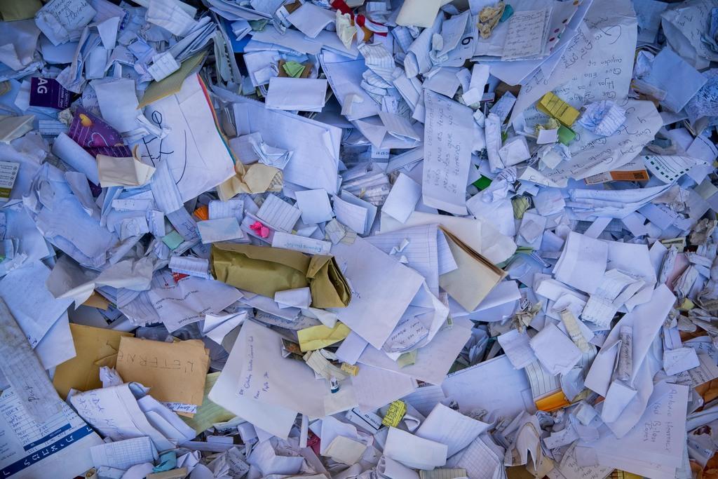 פתקים שהוצאו מהכותל (צילום: Yonatan Sindel/Flash90)